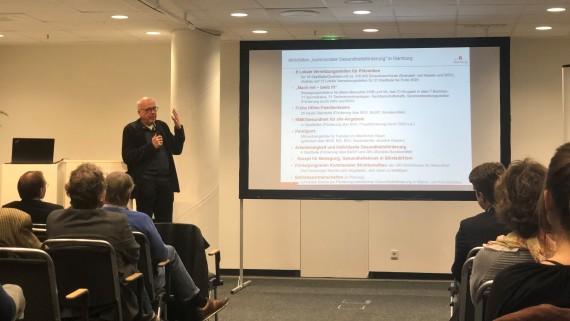 Klaus-Peter Stender (Behörde für Gesundheit und Verbraucherschutz) berichtet von den Aktivitäten zur kommunalen Gesundheitsförderung in Hamburg